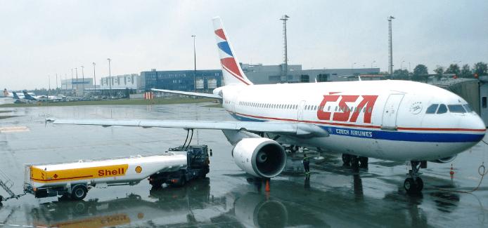 Plane refueling (Credit Wikimedia)