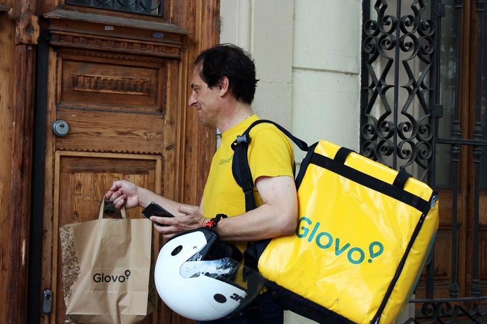 "A ""Glover"" drops off a delivery to a customer (Credit: Glovo)"